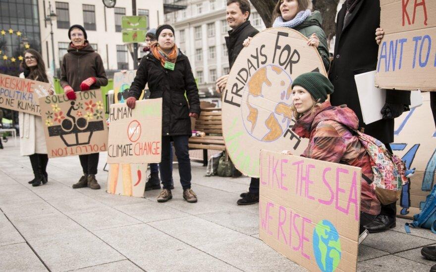У здания правительства Литвы молодежь протестовала против глобального потепления