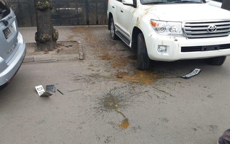 В Киеве машины российских дипломатов облили краской и нечистотами