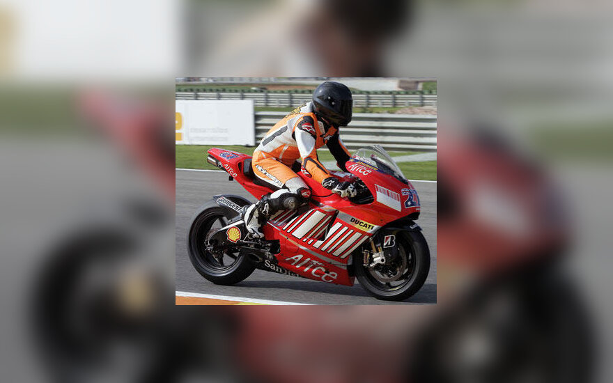 "Michaelis Schumacheris vairuoja Casey Stonerio ""Ducati"" motociklą"