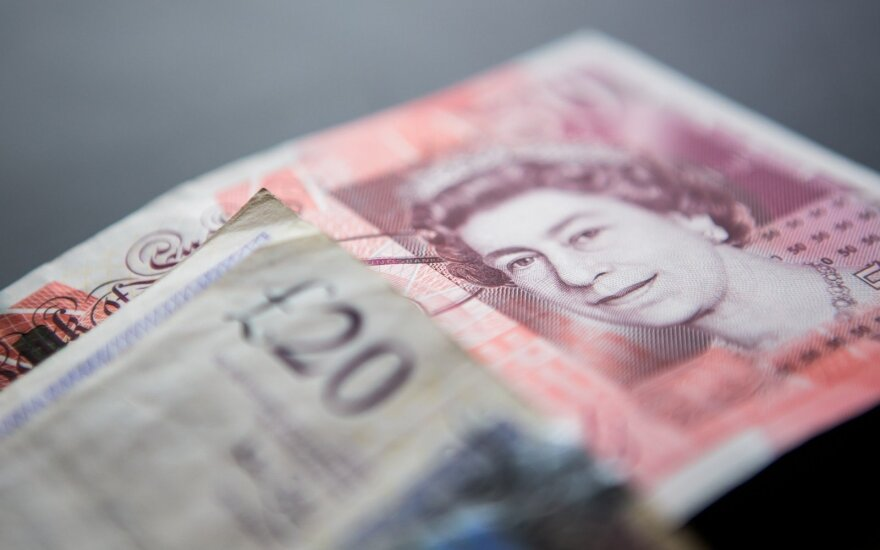 Британский фунт подешевел к доллару до 31-летнего минимума