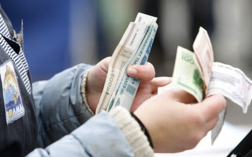 Почти 40% работников в Беларуси получют менее 500 долларов