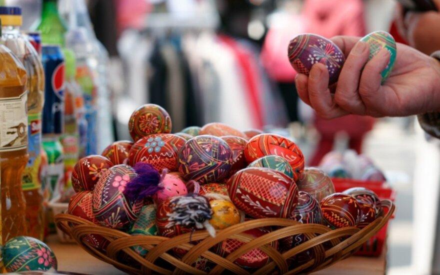 Торговцы предлагают крашеные яйца