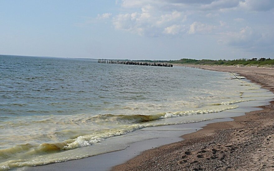 Vandeniui pakeitus spalvą žmonės bristi į jūrą nesiryžo
