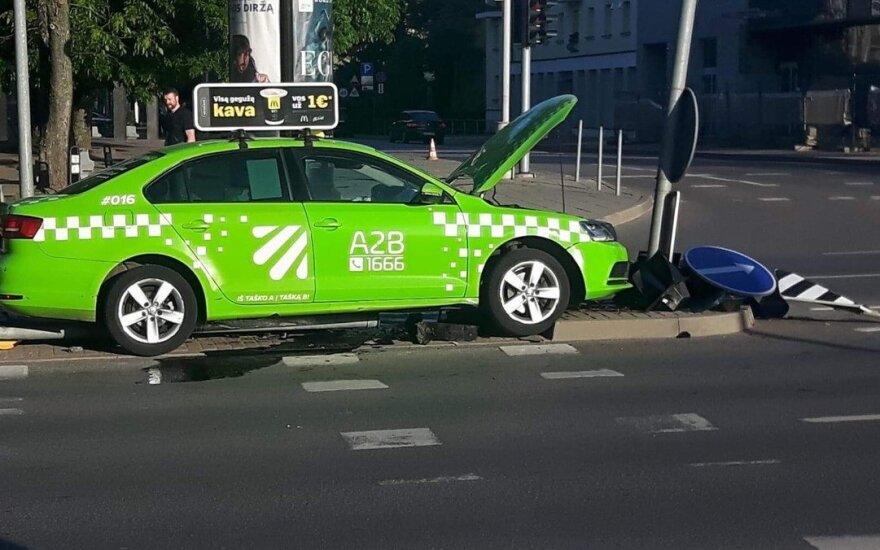 В Вильнюсе таксист не справился с управлением