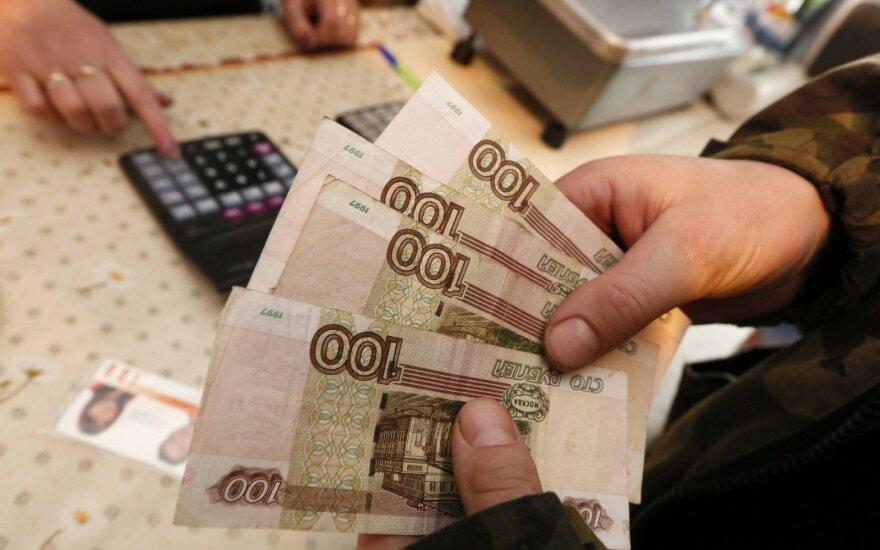 Почти половине семей в России хватает средств только на еду и одежду