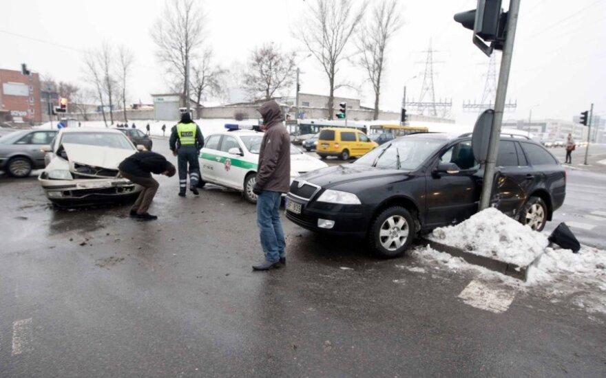 В Вильнюсе два автомобиля Škoda столкнулись и сломали светофор