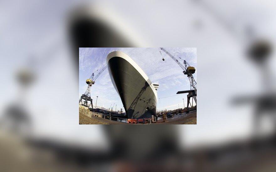 """Kruizinis laivas """"Queen Mary 2"""", prisišvartavęs Hamburgo uoste."""