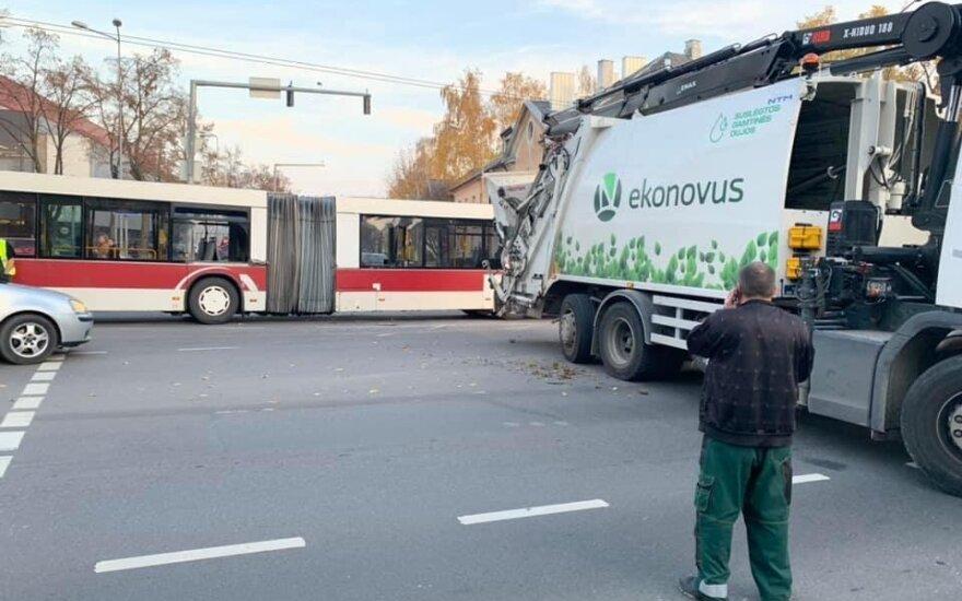 В Вильнюсе столкнулись автобус и мусоровоз