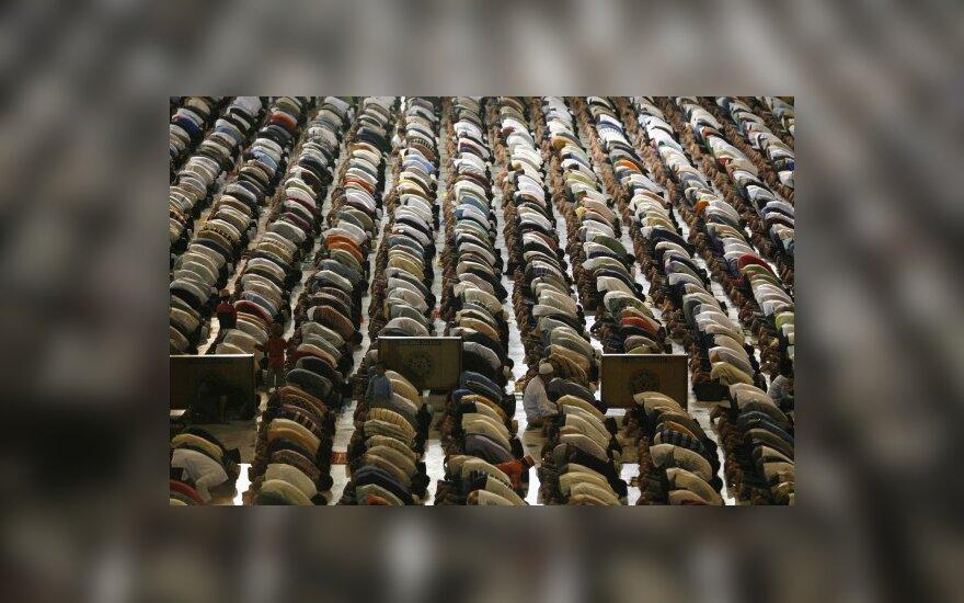 У мечети в Москве собрались 55 000 мусульман