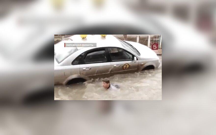 Россия: такси с пассажирами провалилось в промоину
