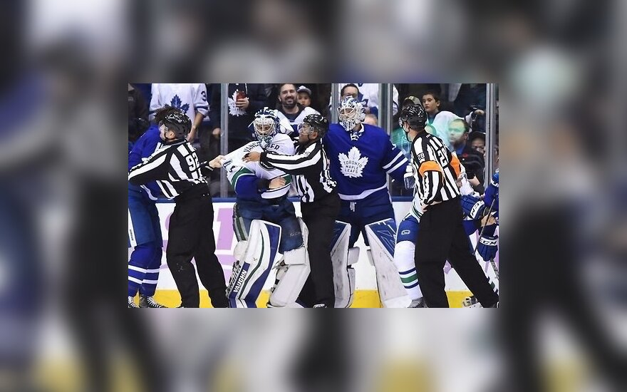 В матче НХЛ за драку удалили обоих вратарей, команды набрали 171 минуту штрафа
