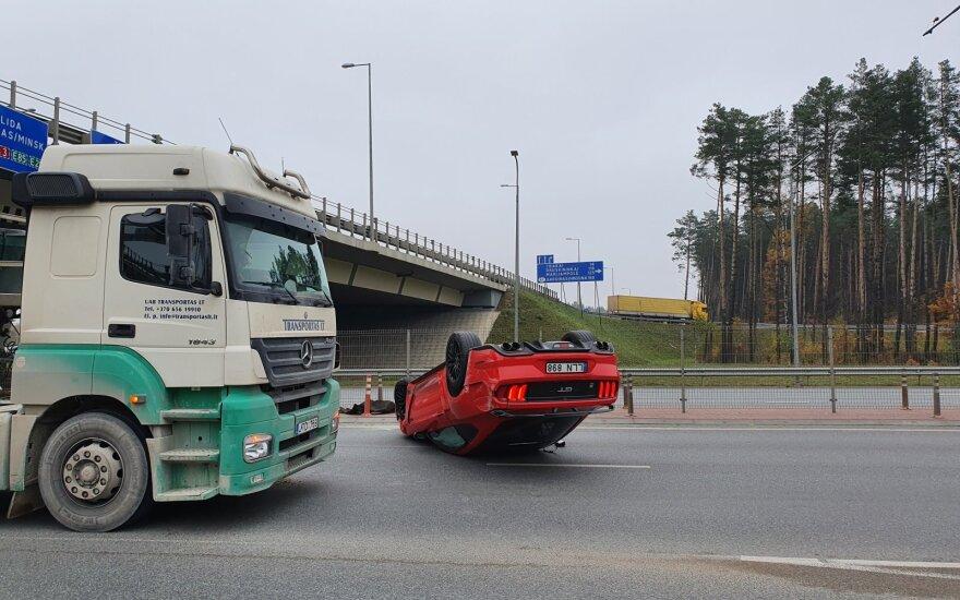 На окраине Вильнюса произошло ДТП, перевернулся Ford Mustang