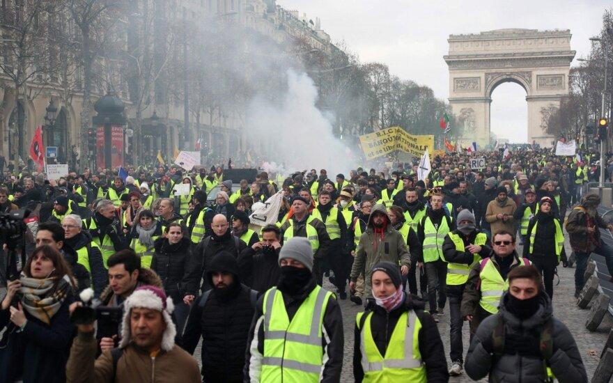 """Полиция слезоточивым газом встретила """"желтые жилеты"""" возле Европарламента"""