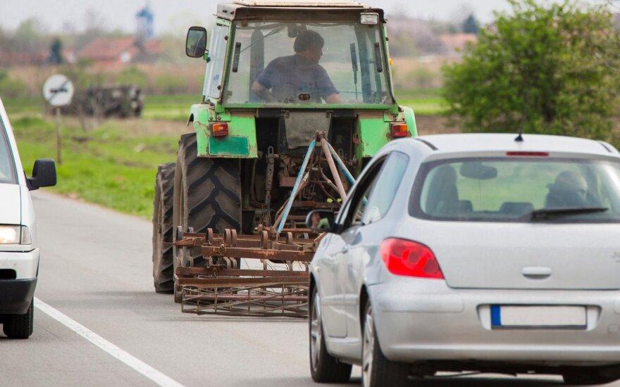 Traktorius kelyje