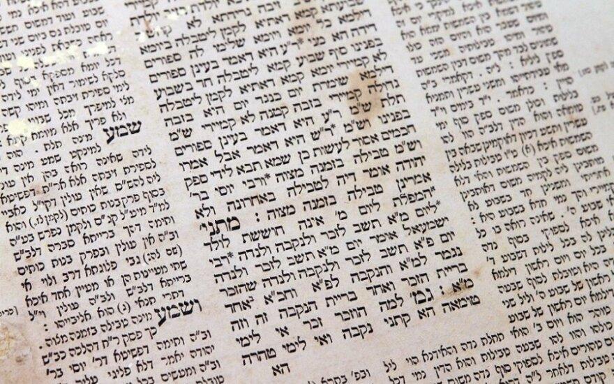 Последователи иудаизма встретят сегодня праздник дарования Торы