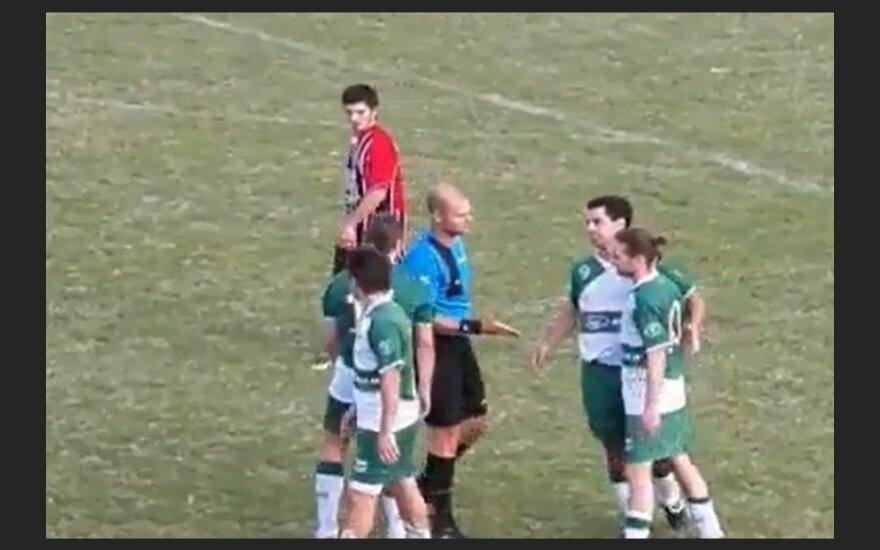 Судья поблагодарил футболиста за красиво забитый гол