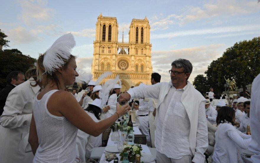 """В Париже состоялся """"Обед в белом"""""""
