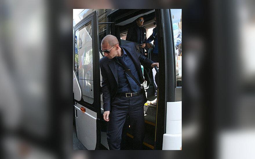Italijos futbolo rinktinės gynėjas Marco Materazzi lipa iš autobuso Kaune