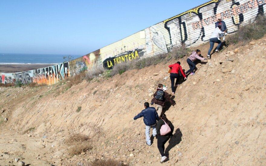 Migrantai prie Meksikos-JAV pasienio