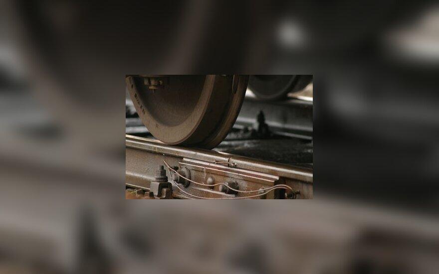 Поезд сбил сидевшего на рельсах несовершеннолетнего