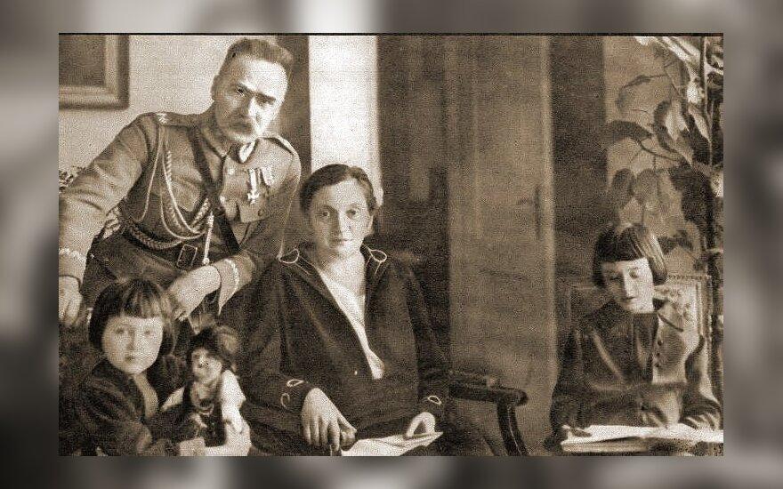 J. Pilsudskis su Aleksandra ir vaikais