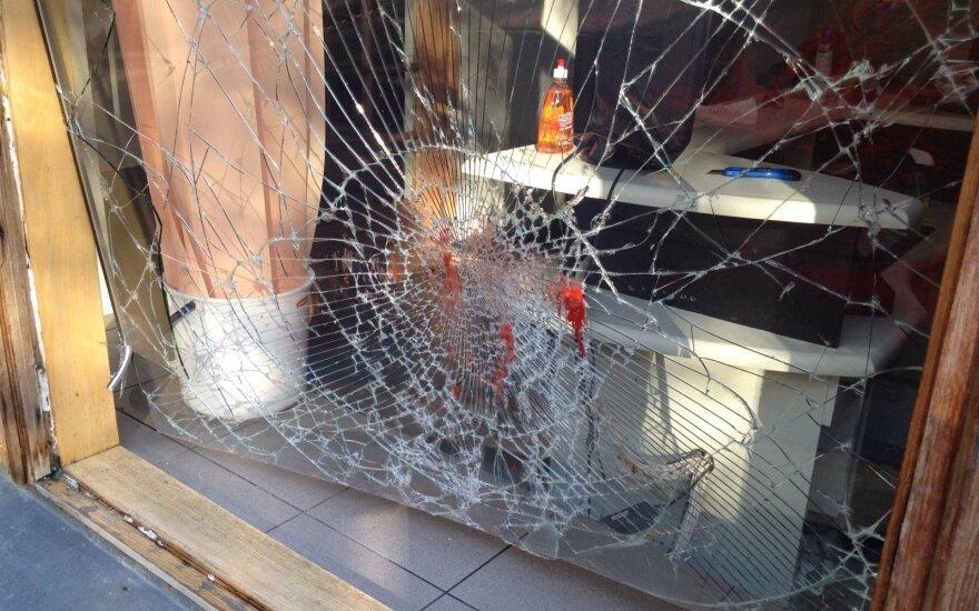 В Каунасе вандалы выбили стекла прокуратуры и налили красную краску