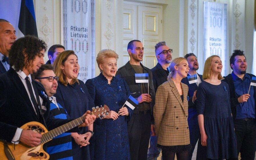 Dalia Grybauskaitė su muzikantais sveikina Estiją