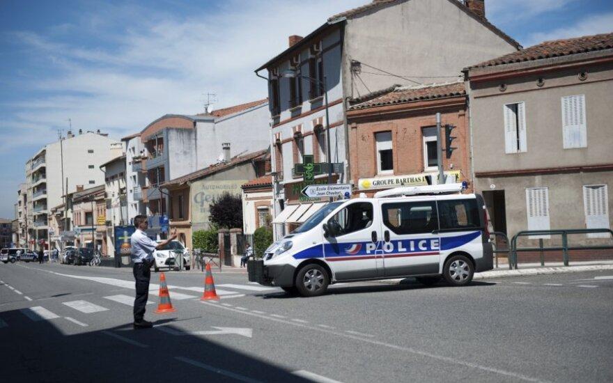 Prancūzijos specialiosios pajėgos Tulūzoje, kur įkaitais yra paimti žmonės
