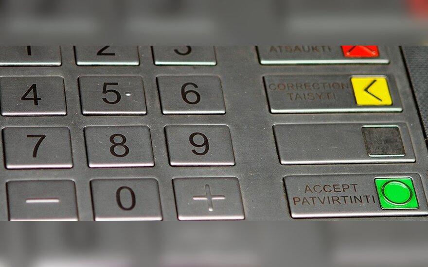 Вооруженный мужчина заставил женщину снять в банкомате деньги