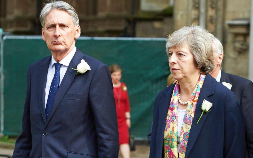 Philipas Hammondas,Theresa May