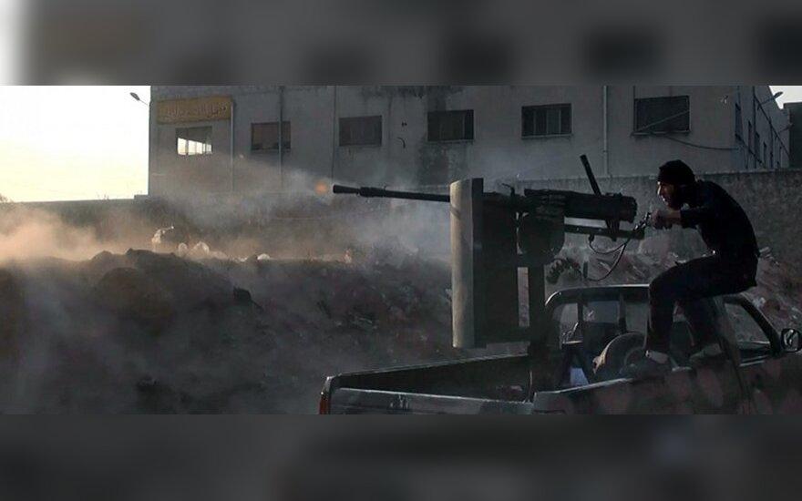 Sirijos sukilėlis šaudo į oficialias šalies pajėgas