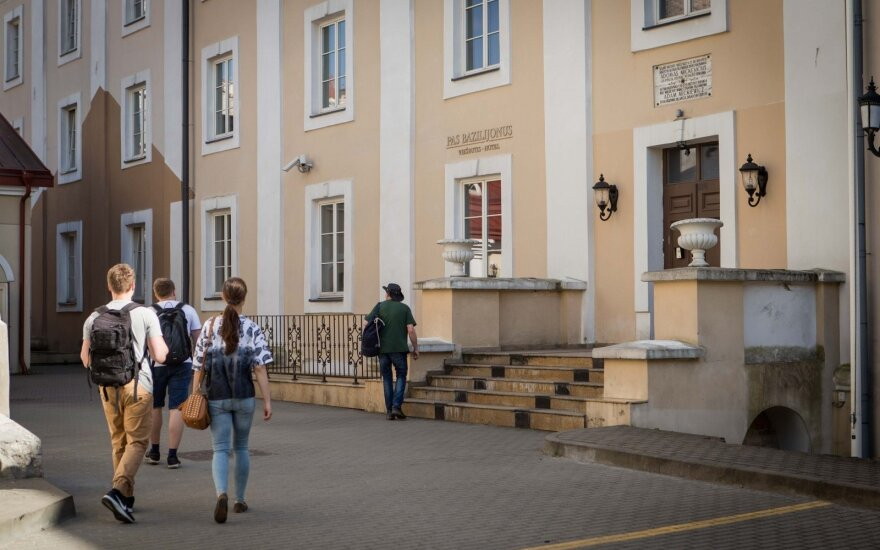 В Старом городе Вильнюса в подвал провалилась несовершеннолетняя туристка