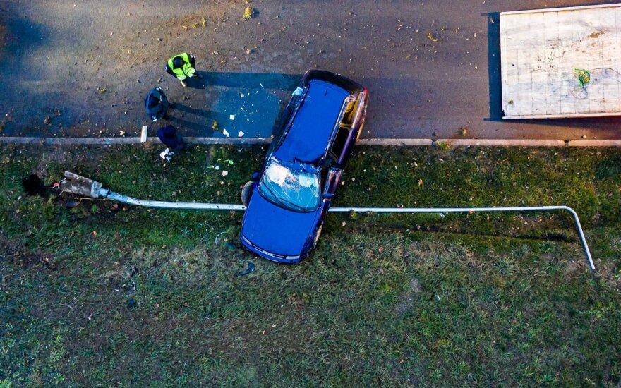 В Вильнюсе снес столб и перевернулся автомобиль Audi