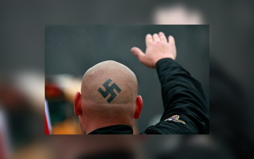 Немецким неонацистам разрешили агитацию у школ