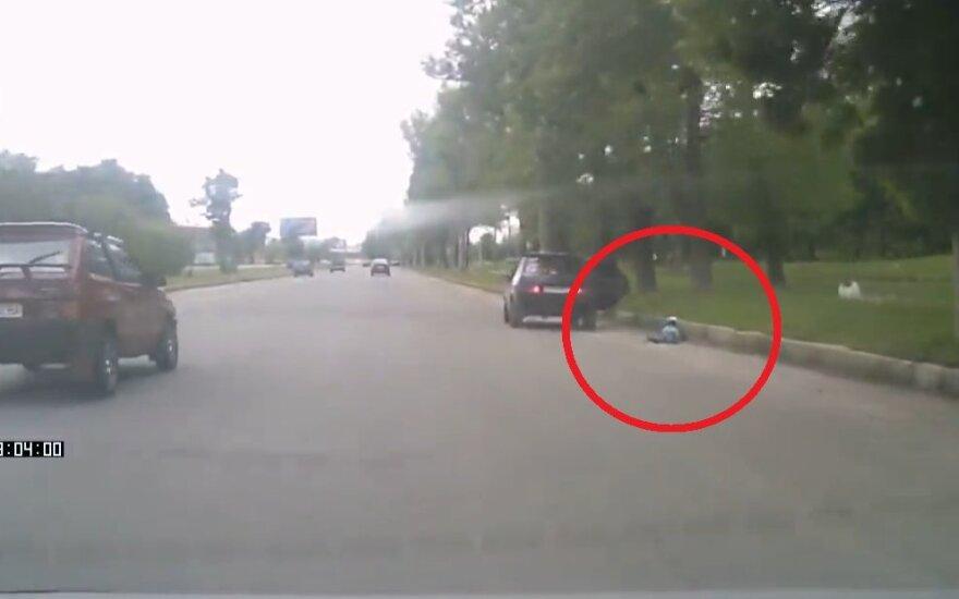 Dziecko wypadło z samochodu