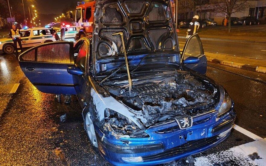 В Вильнюсе после ДТП загорелся автомобиль