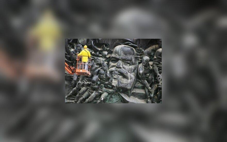 Darbininkas apžiūrinėja krano nukeliamą 33 t sveriančią Karlo Markso skulptūrą Leipcige, Vokietijoje.