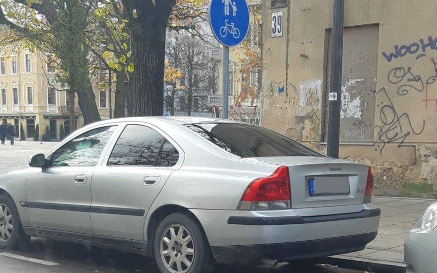 Kaunietė gavo baudą, nors už stovėjimą – mokėjo, ir automobilį paliko leistinoje vietoje