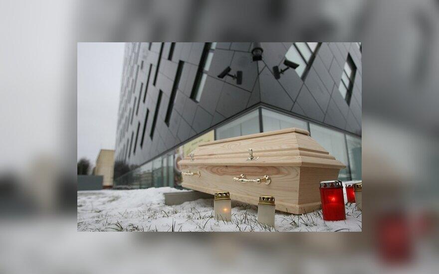 Родители пришли к прокуратурам с детскими гробами