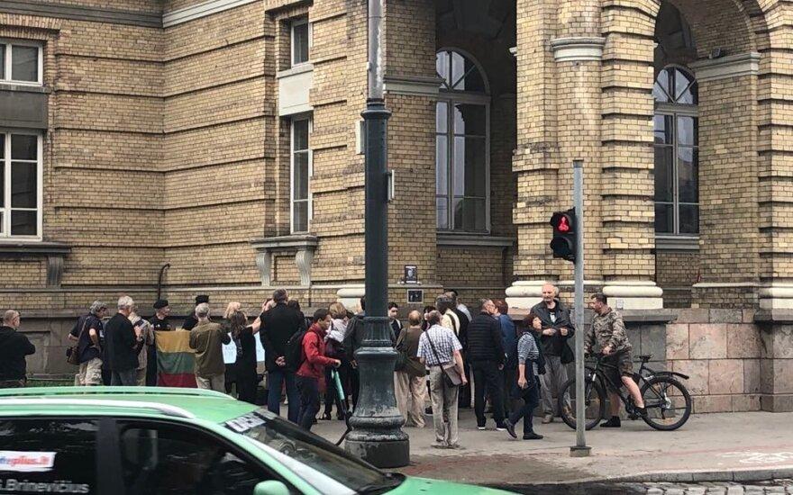 Minia susirinko prie sienos, kur kabėjo Jono Noreikos atminimo lenta