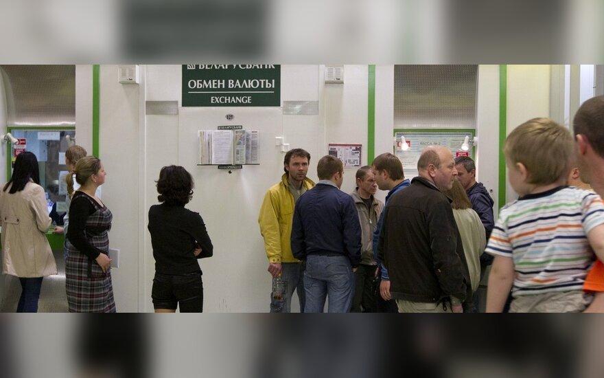 Белорусы избавляются от валюты: в марте сдано $243,8 млн