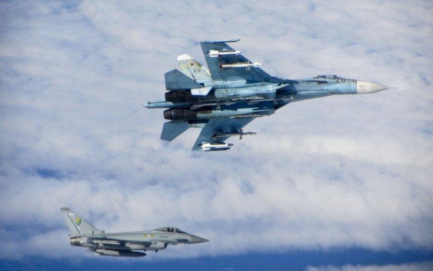 Rusijos naikintuvas Su-27 ir Britų RAF naikintuvas Typhoon