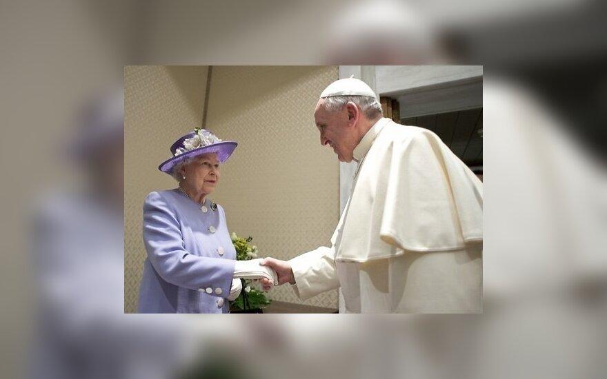 Елизавета II подарила Папе римскому яйца и виски