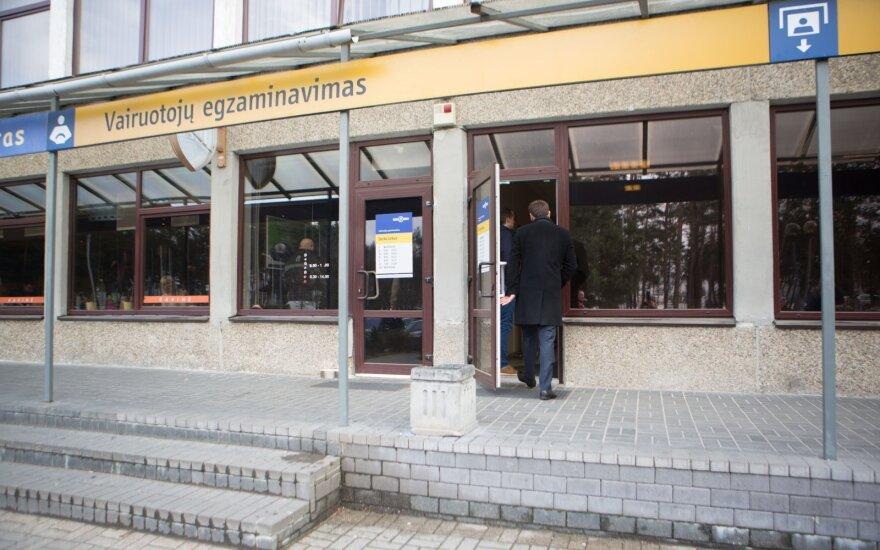 Житель Литвы возмущен: автомобиль купил, а зарегистрировать его сможет через две недели