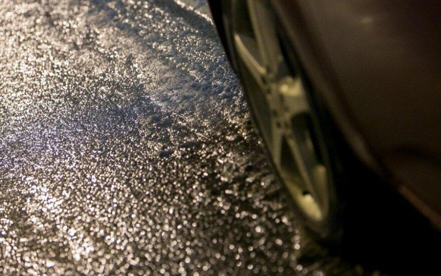 Дорожники предупреждают: условия движения усложняет гололед