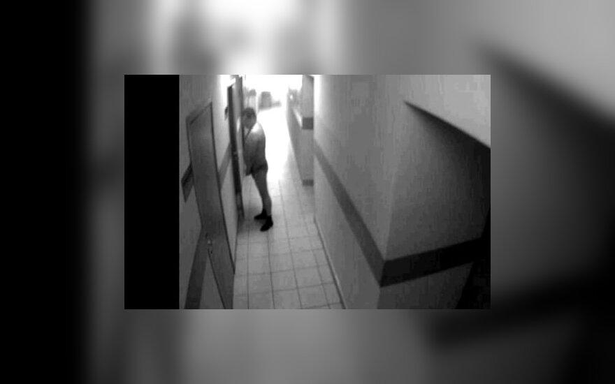 Sankt Peterburge nufilmuota, kaip policijos pareigūnas šlapinasi prie kabineto durų