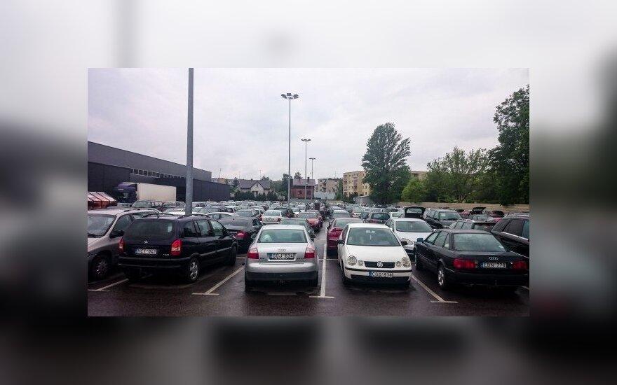 Automobiliai prekybos centro aikštelėje
