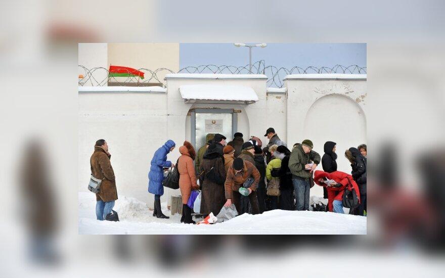 Родственники арестованных сторонников оппозиции у дверей тюрьмы