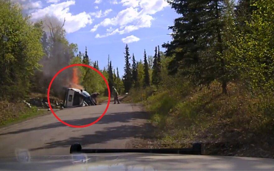 Uratowany z płonącego samochodu