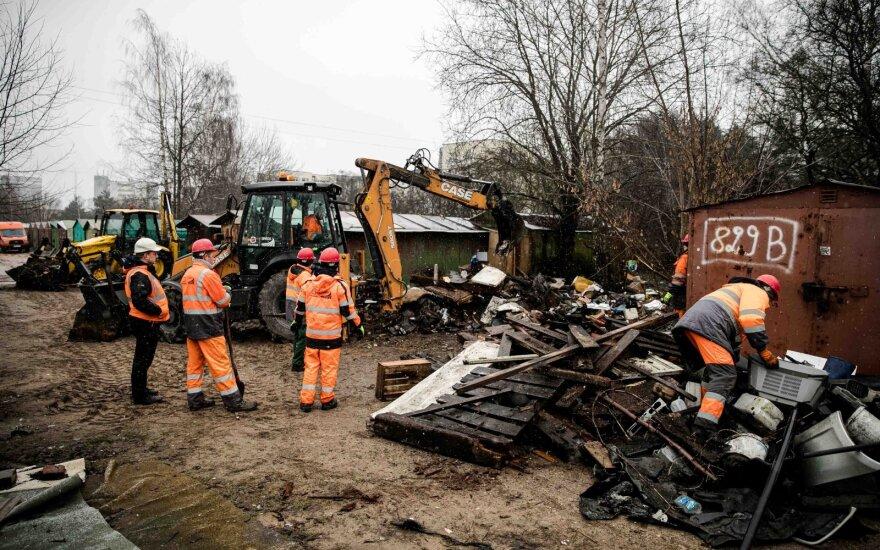 После вмешательства СМИ самоуправление убирает мусор в Каролинишкес